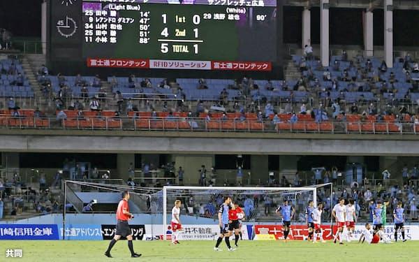 Jリーグは7月に無観客から有観客開催に移行したが、アウェーのサポーターの入場には「待った」をかけている=共同