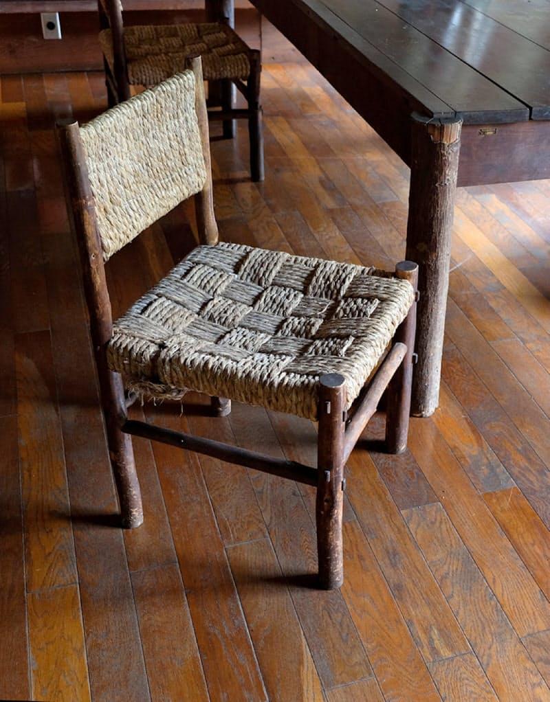 倶楽部(現英国館)に残る椅子。テーブルもセットと思われる(宮崎県日之影町)