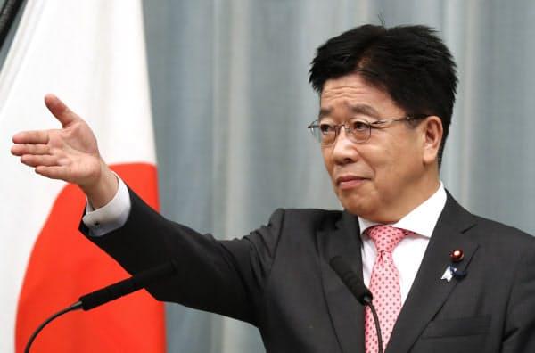 記者会見する加藤官房長官(17日午前、首相官邸)
