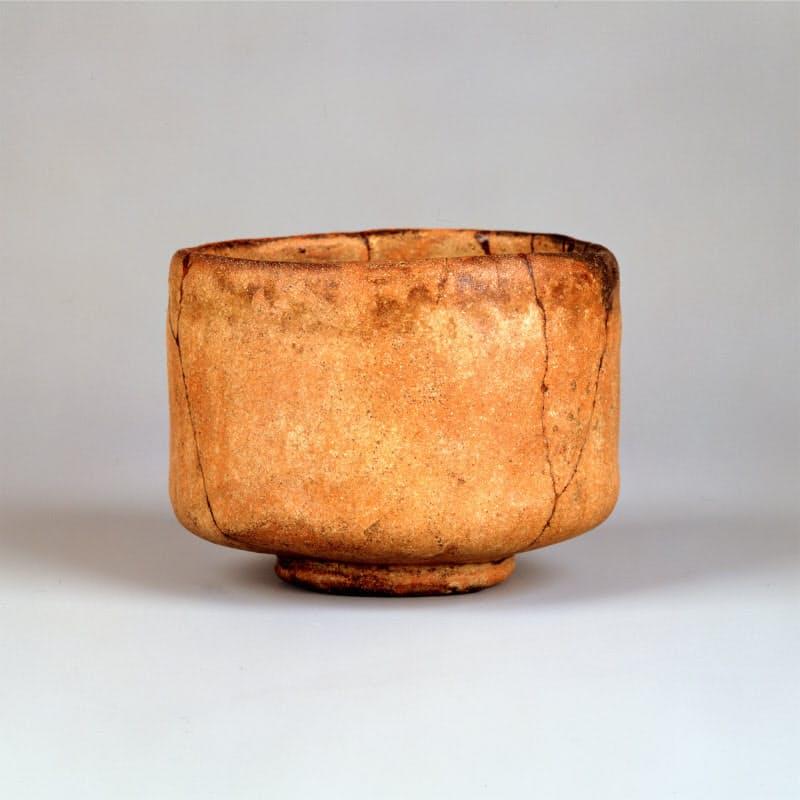 初代 長次郎「赤樂茶碗 つつみ柿 覚々斎箱書付」(個人蔵)=樂美術館提供