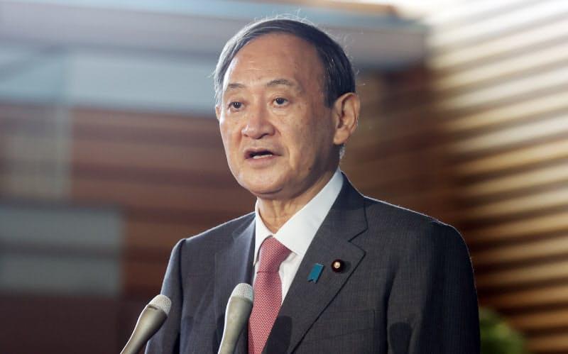 首相官邸に入り、記者の質問に答える菅首相(17日午前)