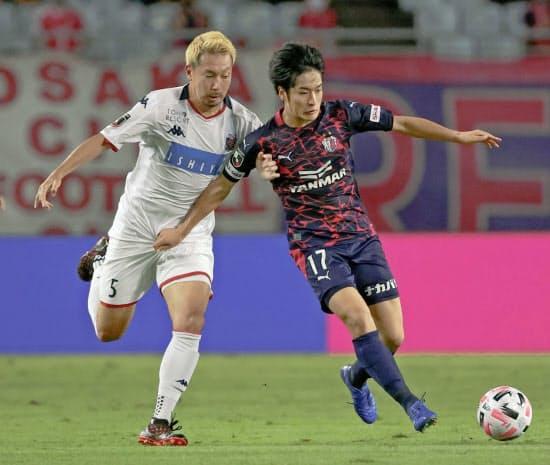 今季加入した坂元(右)は今やC大阪に不可欠な戦力だ(9日)=共同