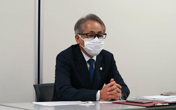 東証1部上場後に記者会見した雪国まいたけの足利厳社長(17日、東京都中央区)