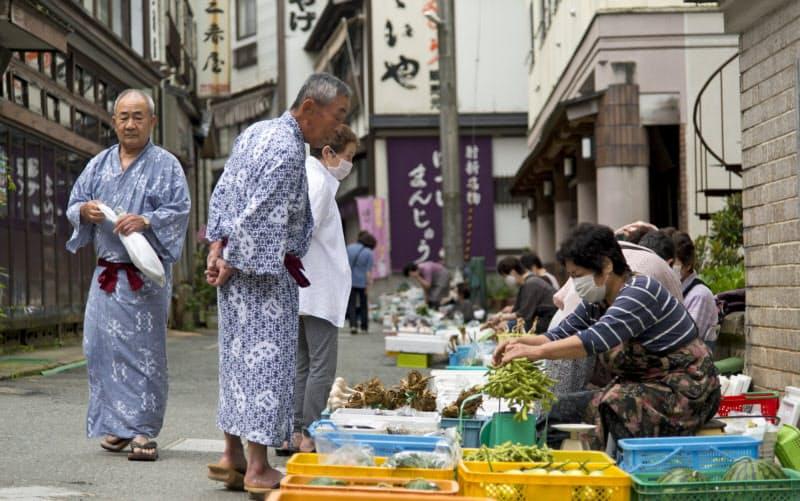 農家の人が農作物を持ち寄る朝市。この日の出店者数は13人(山形県大蔵村)=深田 高一撮影