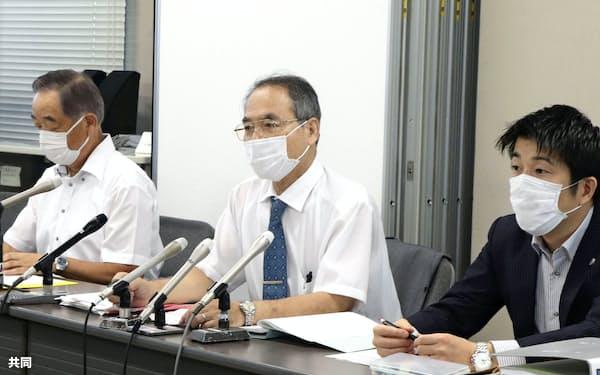 松橋事件で熊本地裁に提訴後、記者会見する弁護団の三角恒共同代表(中央)ら(17日午前、熊本市)=共同