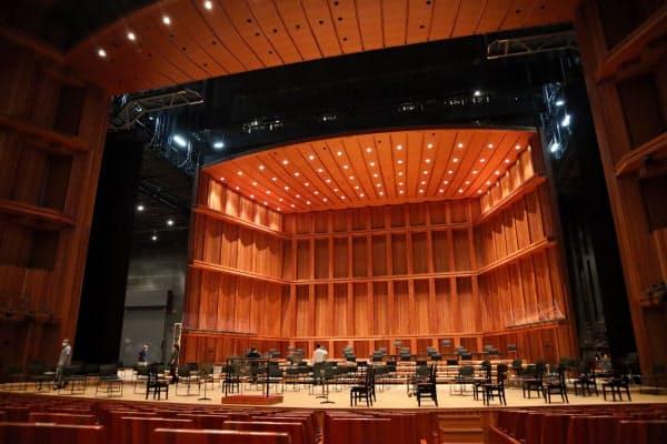 コの字状の反響板を通常よりも約6メートル後方にずらすと、隙間から普段は見えない舞台裏がのぞく
