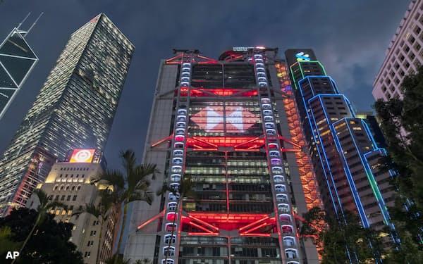大手銀行が米中関係に揺れている(香港のHSBC(中)とスタンダードチャータード銀行(右))=AP