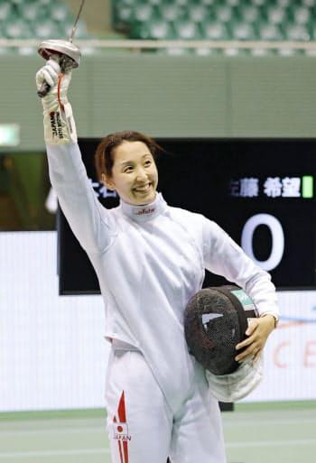 女子エペで決勝進出を決め、笑顔を見せる佐藤希望(17日、駒沢体育館)=共同