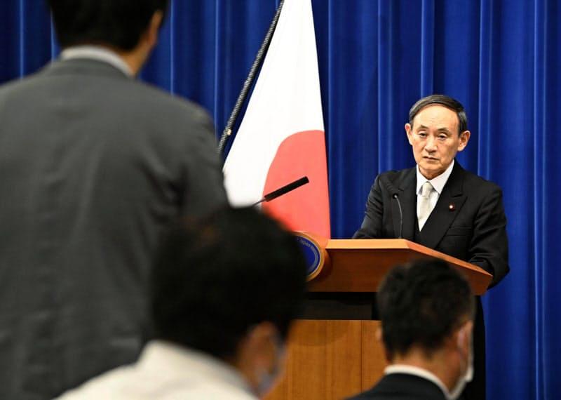 菅首相は新型コロナ対策と社会経済活動の両立を強調した(16日夜、首相官邸)