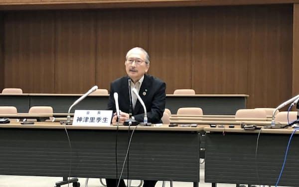 記者会見する連合の神津会長(17日、都内)