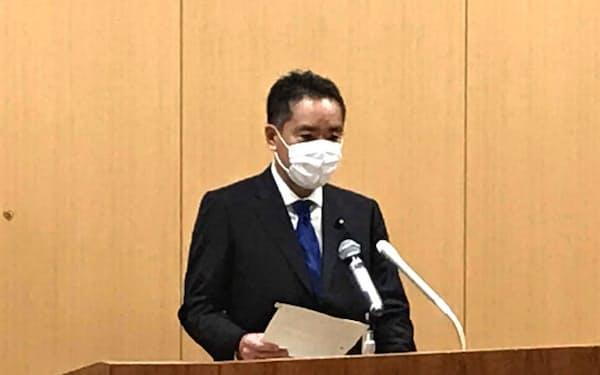 記者会見する井上万博担当相(17日、都内)