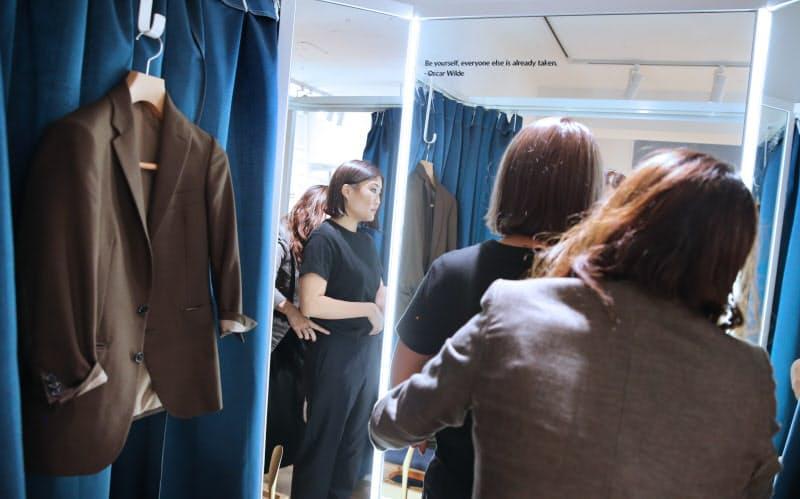 オーダースーツの採寸をする吉本万梨奈さん。メンズ用を自分好みにアレンジした(8月28日、東京都港区のFABRIC TOKYO)