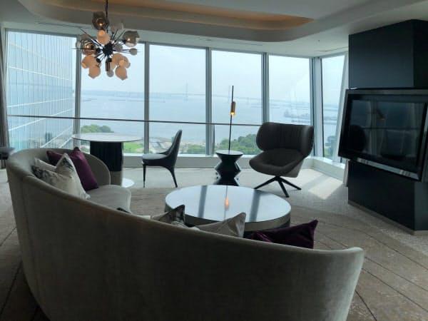 最高級の客室「ザ・カハラスイート」からは横浜港が一望できる