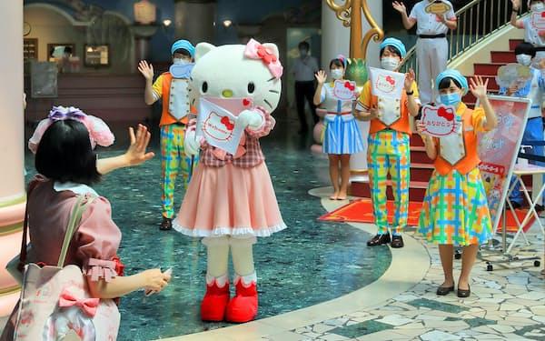 営業再開時にはマスク姿のハローキティが来場客を出迎えた(7月、東京都多摩市のサンリオピューロランド)