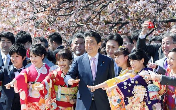 桜を見る会で参加者と記念写真に納まる安倍首相(2019年4月13日、東京・新宿御苑)
