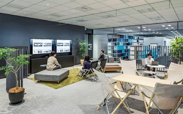 リビング風の家具や植物を配置したオフィス空間