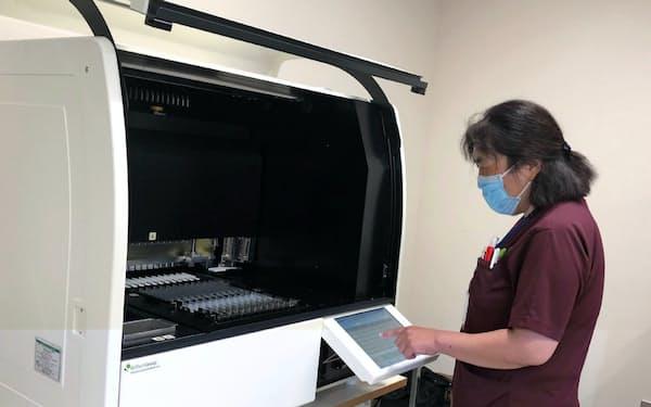 千葉県の松戸市立総合医療センターは最大12検体を一度に扱える装置を導入した