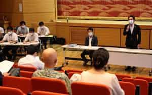渡辺市長(右)は宿泊事業者向け説明会で定期PCR検査への理解を求めた(4日、栃木県那須塩原市)