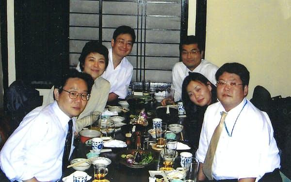 北海道新聞社の入社同期会で、治療で抜けた頭髪をカバーしていたカツラを取って、ショートヘアを披露した(左から2人目、2004年春)