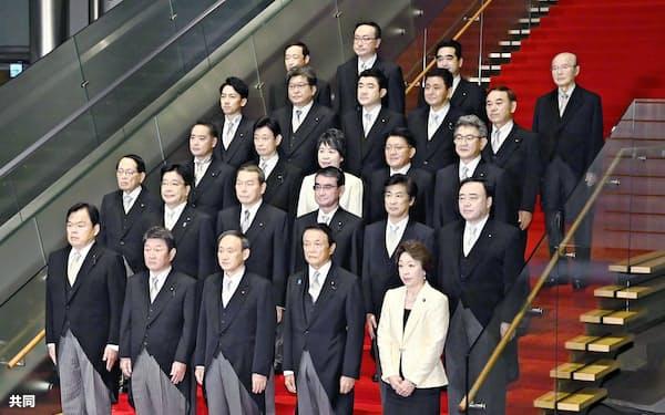 初閣議後、記念撮影に臨む菅義偉首相(前列中央)と閣僚ら=16日午後10時19分、首相官邸