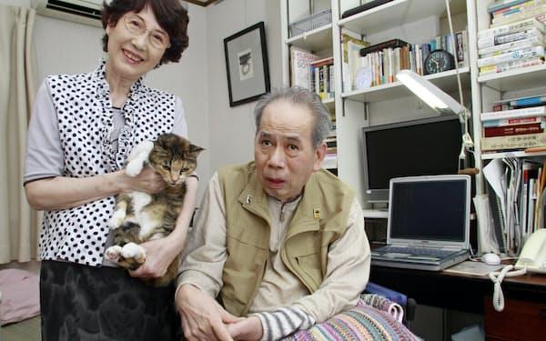 愛猫を抱く筆者(左)と、夫の原口緑郎編集長