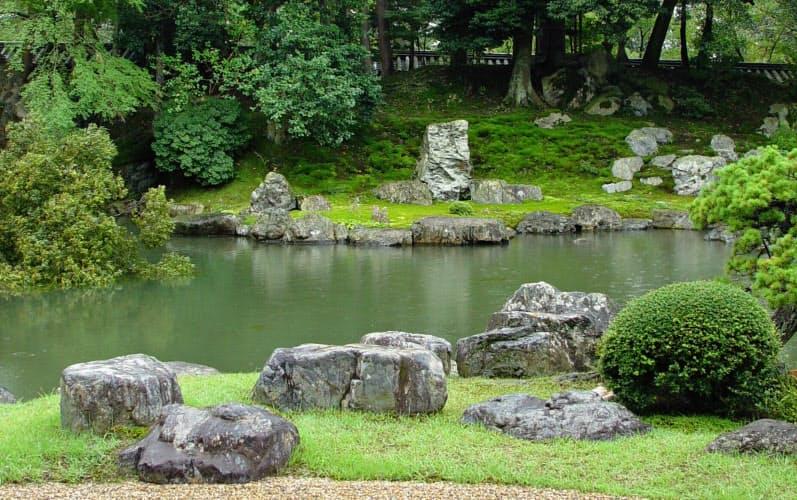 京都市にある醍醐寺三宝院の藤戸石(中央奥)。権力の象徴として信長から秀吉へ引き継がれた