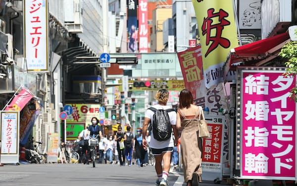 宝飾品店が軒を連ねるJR御徒町駅前の商店街(東京都台東区)