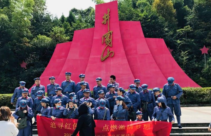 中国の革命聖地、井岡山では街のあちこちで紅軍服を着た人たちが記念写真に納まっていた