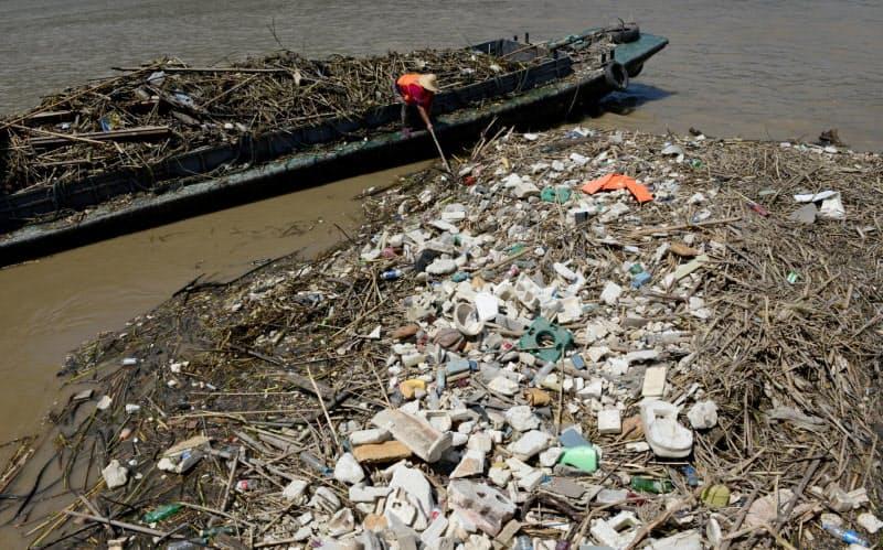 中国では、川のゴミを拾うボランティア活動も最近は増えているという(写真は重慶の長江にたまったゴミ)=ロイター