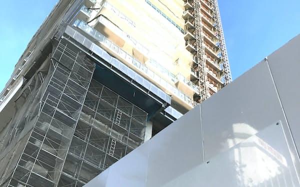 豊橋駅前では高さ90メートル強の複合施設の建設が進む(愛知県豊橋市)