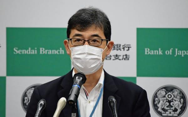 岡本支店長は「景気は持ち直しつつある」と話した(18日、日銀仙台支店)
