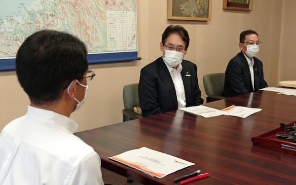 安全対策工事の終了を報告する関電の水田仁原子力事業本部長代理(中央)
