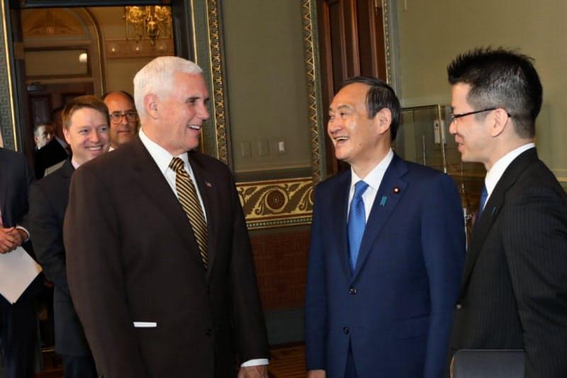 菅義偉首相は外交手腕が未知数といわれる(官房長官時代の2019年5月、訪問先の米ワシントンでペンス米副大統領と会談する菅首相)=在米国日本大使館撮影