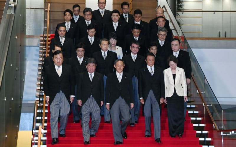 記念撮影のため階段をおりる菅内閣の閣僚(16日、首相官邸)
