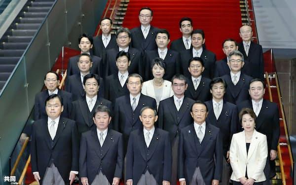 記念撮影に臨む菅義偉首相(前列中央)と閣僚ら(16日)