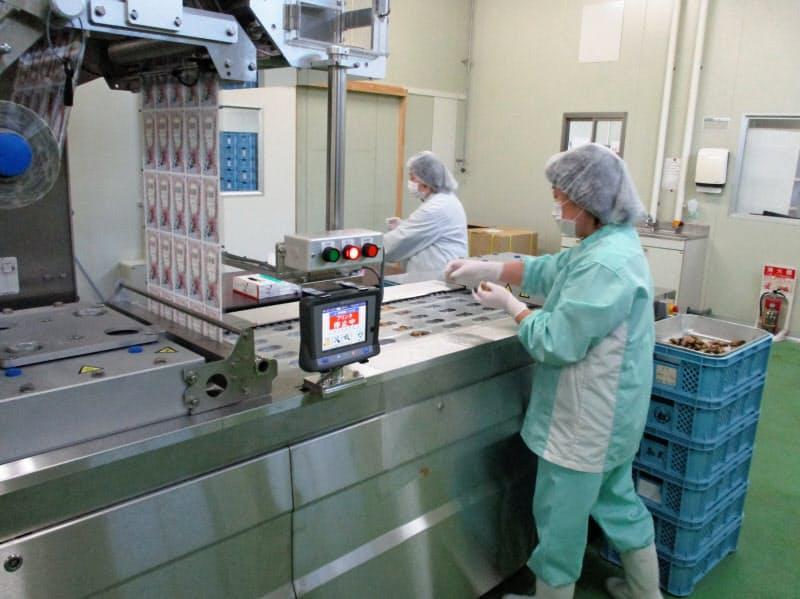五光食品はカキを真空パックに詰める設備などを導入し震災前とは違う分野で商品開発を進めている(宮城県塩釜市)