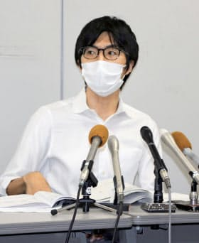 記者会見する母親の弁護人を務める植平朋行弁護士(18日午後、大津市)=共同