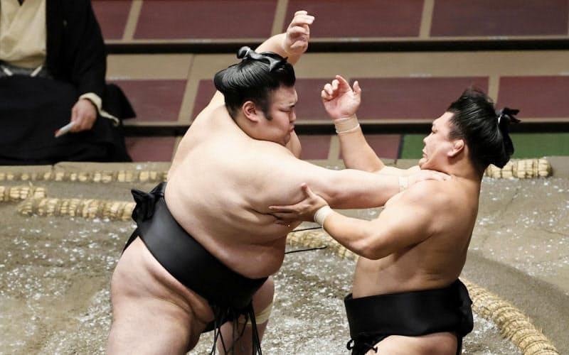 貴景勝(左)が突き出しで照強を破る(18日、両国国技館)=共同