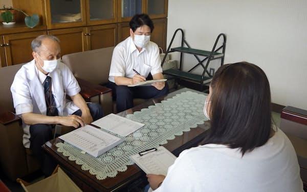愛媛労災病院の宮内院長は小規模事業者と定期的に面談し、受診が必要な人を見極める