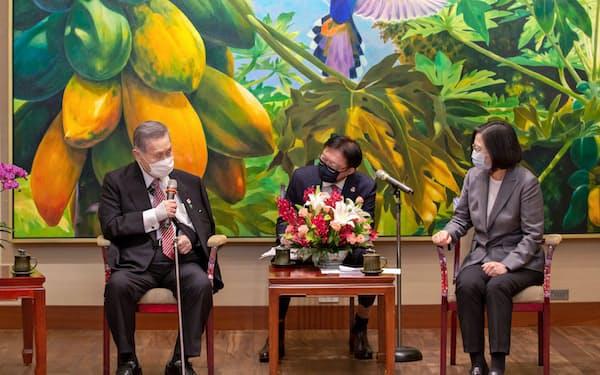 蔡総統と森元首相は18日会談し、今後さらに台日関係を強化することで一致した(台北市)=総統府提供