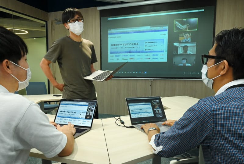 転職サイトの改善案を議論するエンジニア(東京都港区のキャリアインデックス本社)