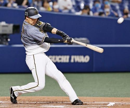 6回阪神無死、大山が左越えに満塁本塁打を放つ(18日、ナゴヤドーム)=共同