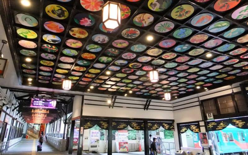 南海電鉄は高野山へのケーブルカーの起点である極楽橋駅(和歌山県高野町)に7月、複数のアーティストによる天井絵巻を設けた