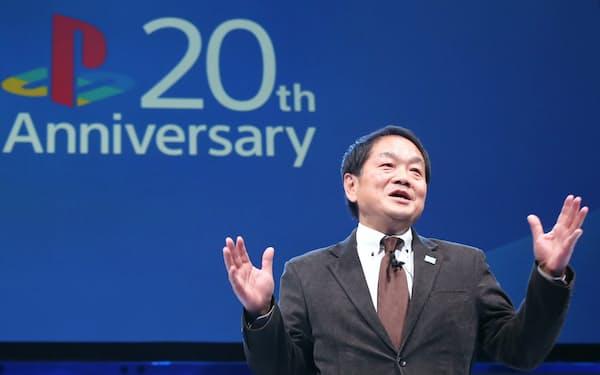プレイステーションの20周年イベントであいさつする久多良木氏(2014年12月、東京都港区)