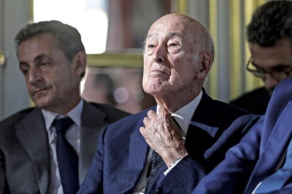 ジスカールデスタン元仏大統領(右)は「軽度の肺の感染症」と診断されていた(写真は2018年10月、パリ)=ロイター