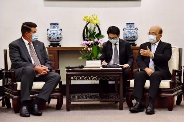 クラック米国務次官(左)は、台湾の蔡英文総統や蘇貞昌行政院長(首相)と相次ぎ会談し、米台関係の強化を協議した=行政院提供