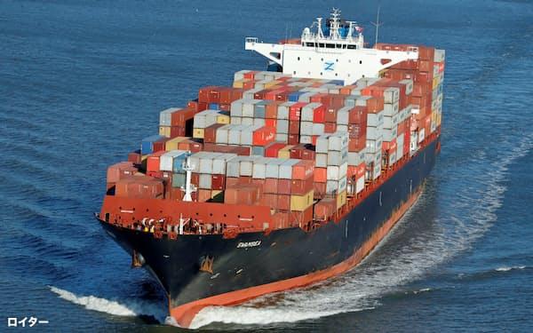 コロナ危機の影響で米経常赤字は4~6月期、大幅に拡大した(米ニューヨーク州の港からみた貨物船)=ロイター