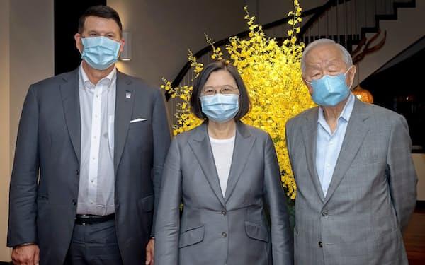 蔡総統主催の晩さん会には、クラック米国務次官(左)のほか、TSMCのカリスマ創業者である張忠謀(モリス・チャン)氏(右)が出席した(18日、台北市)=総統府提供