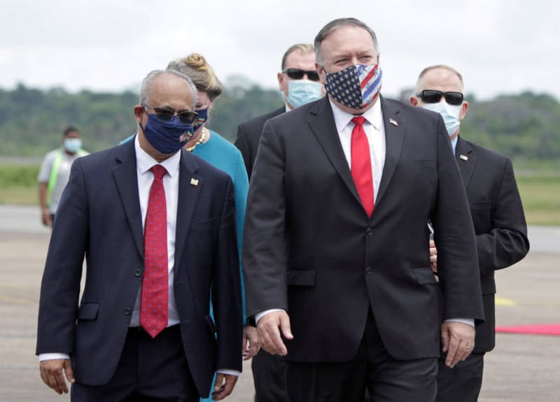 スリナムを訪問するポンペオ米国務長官(右)(17日、パラマリボ)=ロイター
