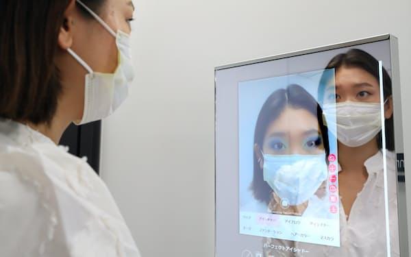 ARを活用し、仮想メークが体験できる(東京都港区)=小谷裕美撮影